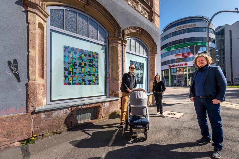 """Derzeit nur Kunst im Schaufenster: Lars Fassmann (r.) vor dem geschlossenen """"Lokomov"""" mit den Vorstandsmitgliedern Mandy Knospe und Robert Verch."""