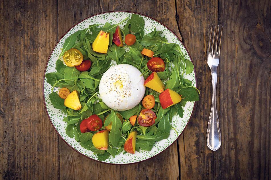 Nektarinen verleihen dem Salat ein spezielles Geschmacksaroma.