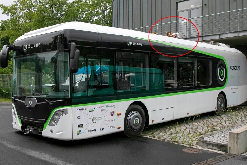 Der Bus der Zukunft: Geladen wird an den Haltestellen über einen Stecker auf dem Dach (siehe Kreis).