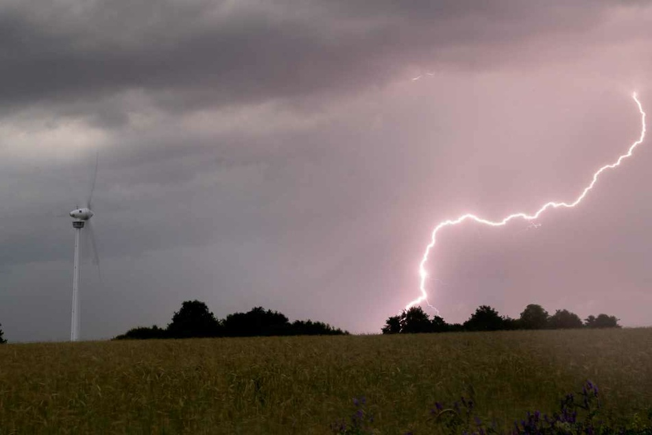 Ein Blitz schlägt am frühen Morgen während eines Gewitters auf dem Boden ein.