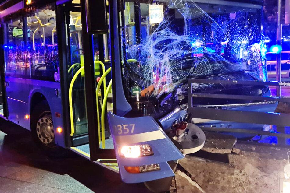In München sind acht Menschen bei einem Unfall verletzt worden, fünf von ihnen mussten in Krankenhäuser gebracht werden.