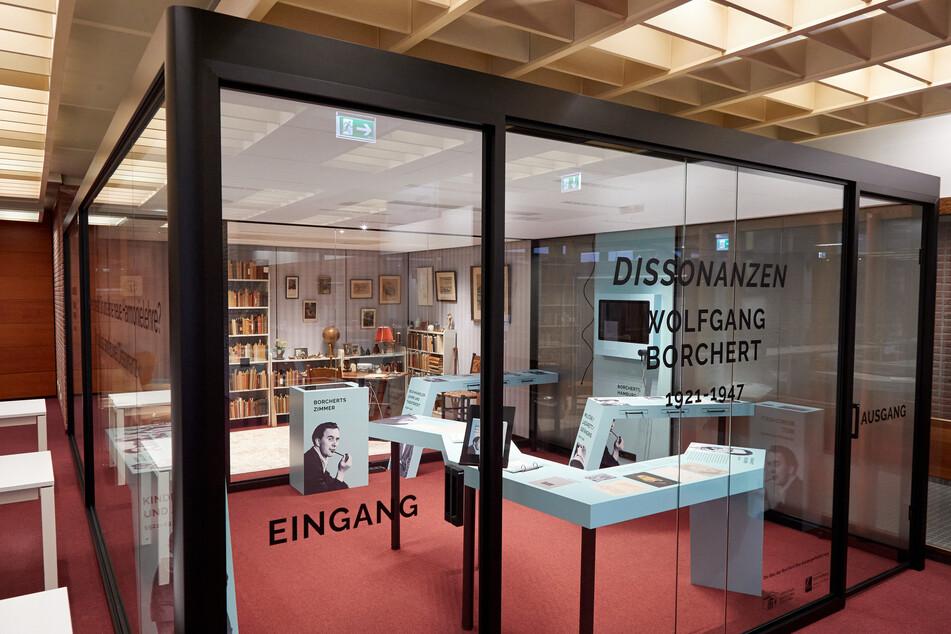 """Hinter Glaswänden, in der sogenannten """"Borchert-Box"""", stehen Gegenstände wie zum Beispiel ein Schreibtisch, ein Sessel und Regale aus dem Nachlass von Wolfgang Borchert."""