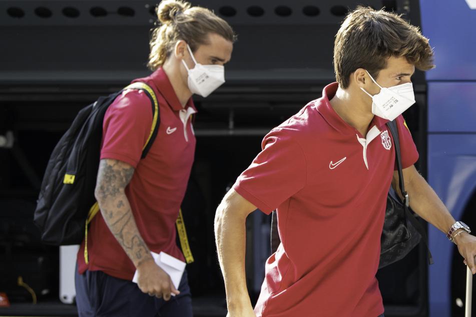 Antoine Griezmann (30, l.) und Riqui Puig (21, r.) sind beim Trainingslager auch mit dabei.