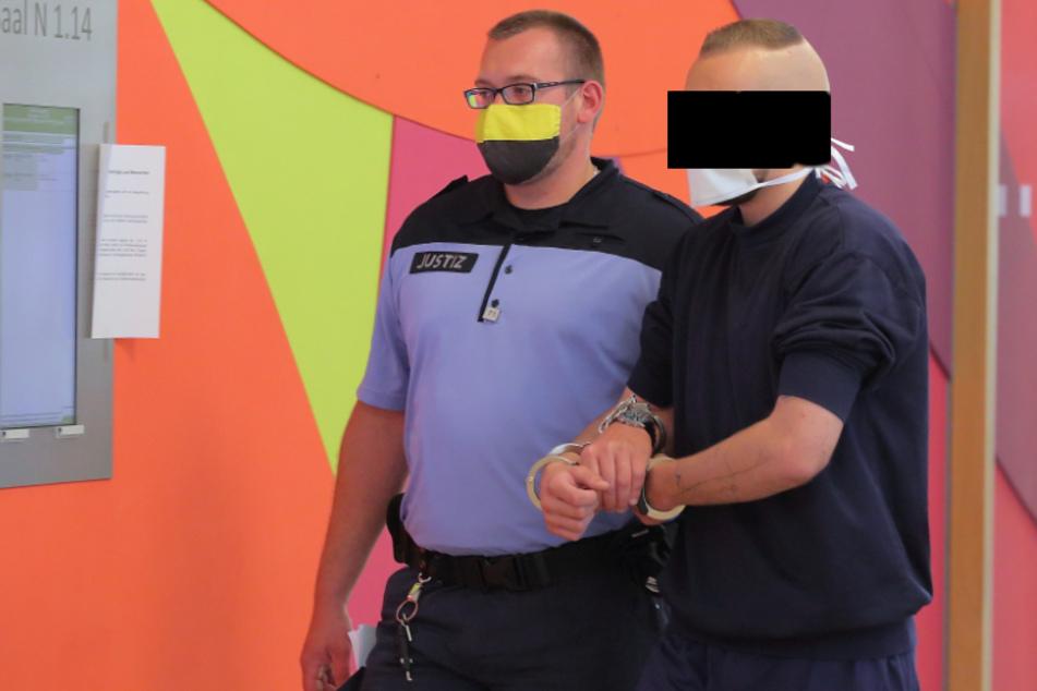 Erik O. (32) wurde nicht nur in Handfesseln in den Saal gebracht. Zur Sicherheit wurden ihm im Prozess auch noch Fußfesseln angelegt.