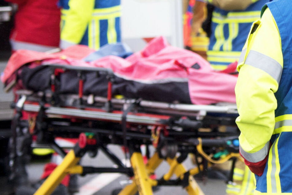 Bei einem schweren Auffahrunfall mit einem Lastwagen sind acht Menschen verletzt worden. (Symbolbild)