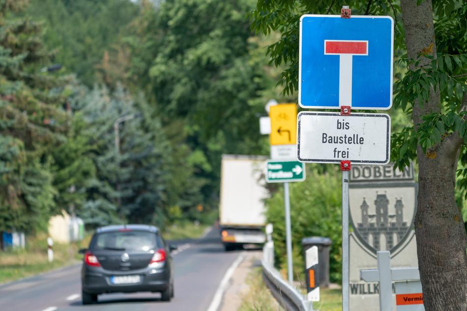 Die Umleitung ist bereits ausgeschildert. Ab Montag wird die Roßweiner Straße in Döbeln aufgebuddelt.