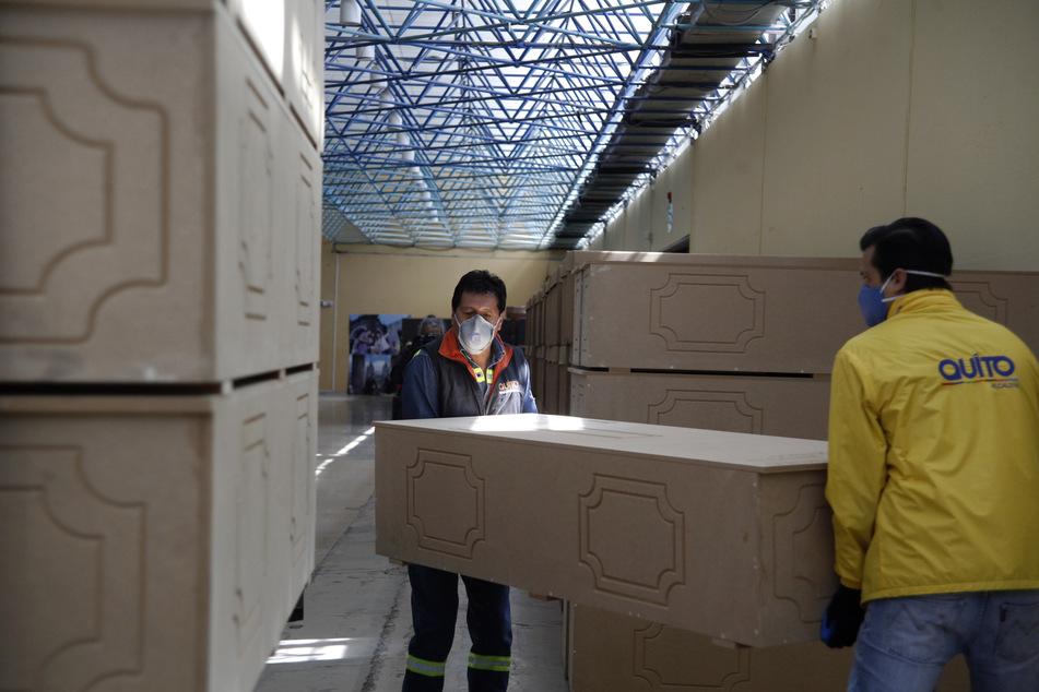 Männer bringen im Rahmen der Corona-Pandemie gespendete Särge in ein Lager der Stadtgemeinde. Die Särge sollen vor einem eventuellen Kollaps der Bestattungshäuser aufgrund der Covid-19-Todesopfer eingesetzt werden.