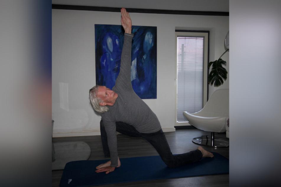 Mime Rainer König (66) findet Kraft in täglichen Yoga-Übungen.