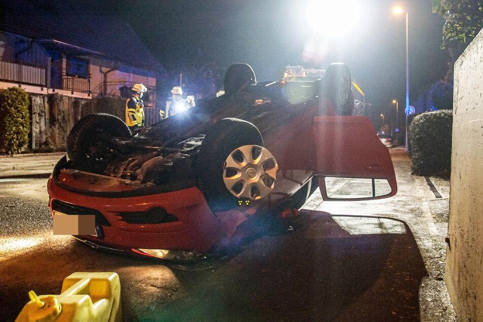 Auto überschlägt sich, bleibt auf Dach liegen: Ersthelfer befreien Fahrerin
