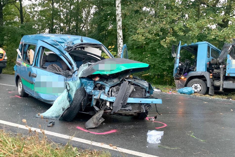 Der Opel-Transporter krachte offenbar mit großer Wucht in den Lastwagen.