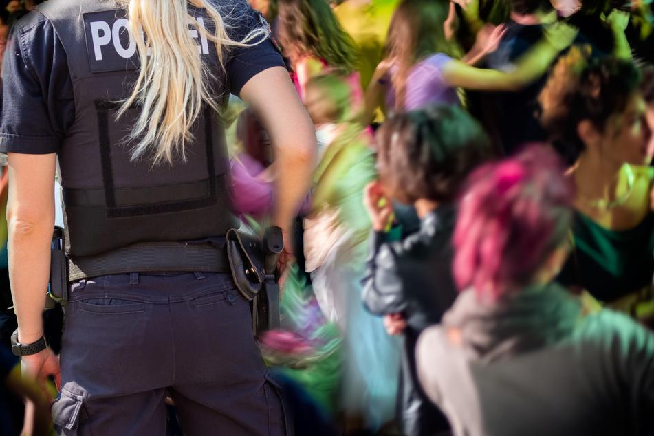 Polizei sprengt wilde Corona-Party: Einige Gäste nehmen ungewöhnlichen Fluchtweg