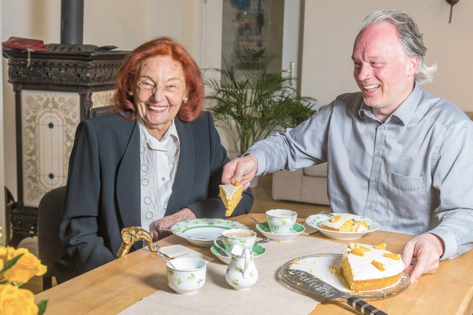 André Sarrasani (48) gönnt sich mit seiner Mutter Ingrid (87) ein Stück Möhrentorte. Wenn keiner guckt, auch mit Sahne.