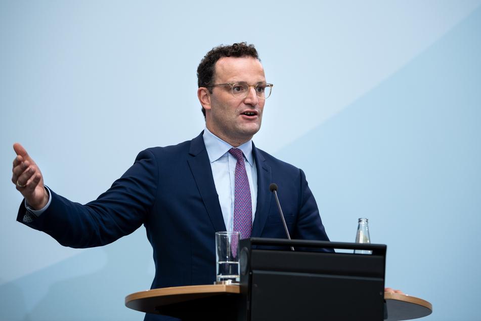 Jens Spahn (CDU), Bundesgesundheitsminister, äußert sich bei einer Pressekonferenz nach der Videokonferenz der EU-Gesundheitsminister.