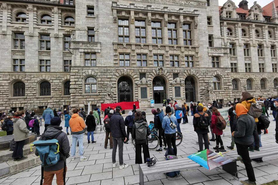 Demonstranten sammelten sich am Freitag auch vor dem Leipziger Rathaus. Oberbürgermeister Jung wollte sich jedoch nicht zeigen.