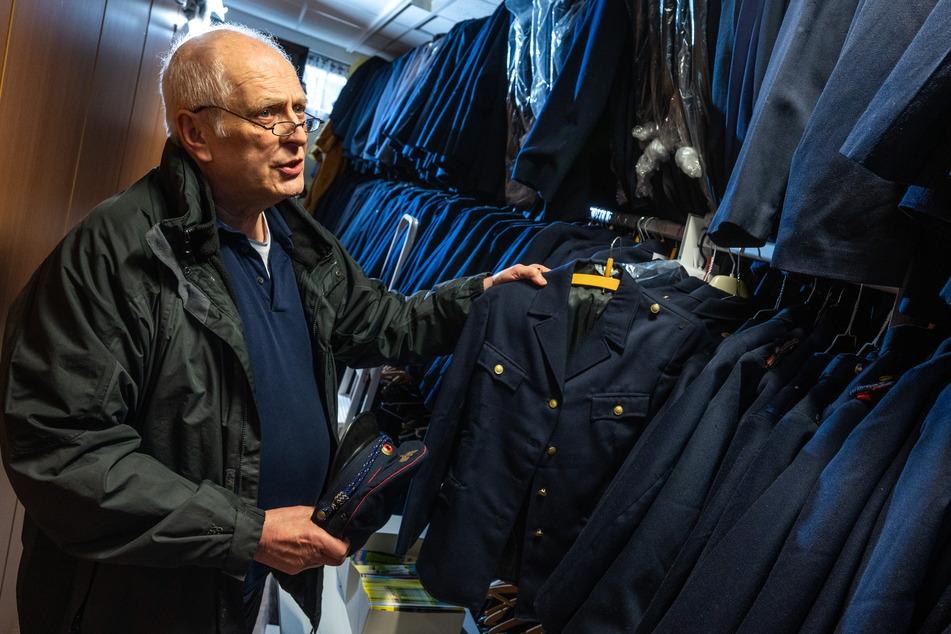 Parkeisenbahn-Chef Matthias Dietel (65) in der Kleiderkammer: Jeder Parkeisenbahner bekommt kostenlos eine Uniform gestellt.