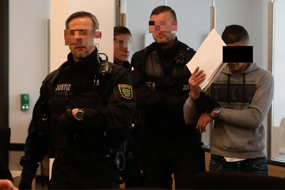 Der mutmaßliche Messer-Mörder Abdullah A. H. H. (21, r.) bei der Vorführung zu einem früheren Prozess gegen ihn.
