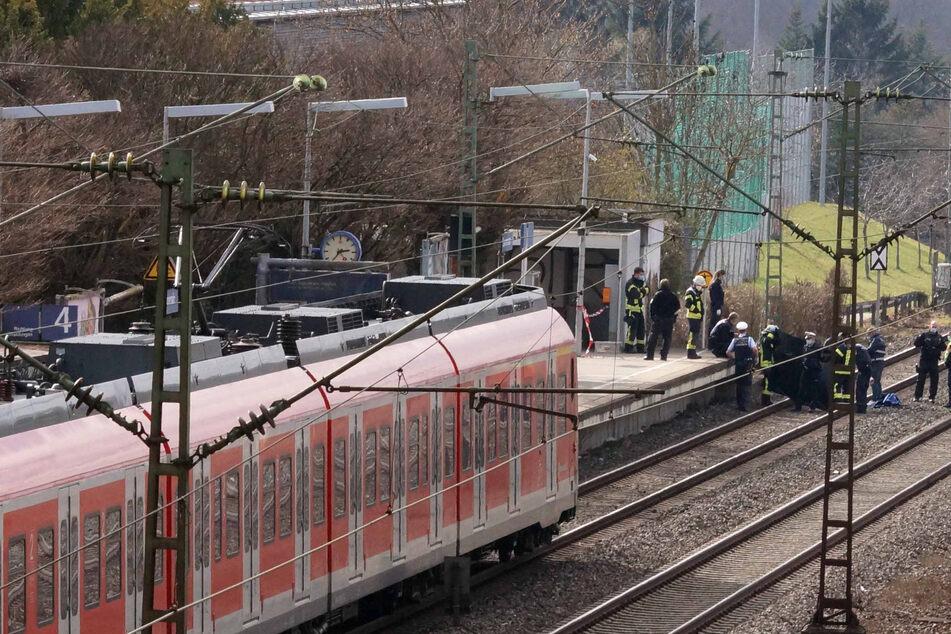 Polizei und Rettungskräfte sind an der Unglücksstelle vor Ort.