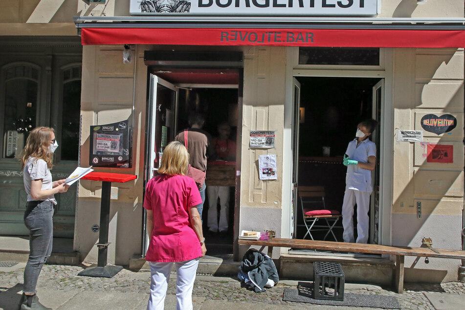 Menschen warten, um sich in der Revolte-Bar im Berliner Bezirk Friedrichshain mit dem Impfstoff von Johnson & Johnson impfen zu lassen.