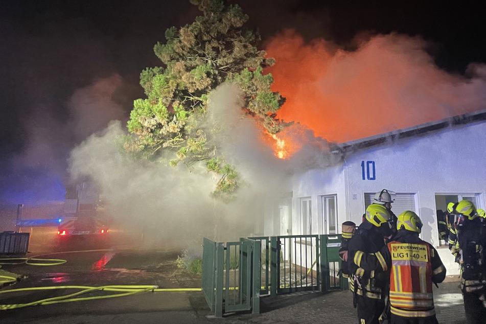 Beim Eintreffen der Feuerwehr stand bereits ein Großteil des Gebäudes komplett in Flammen.