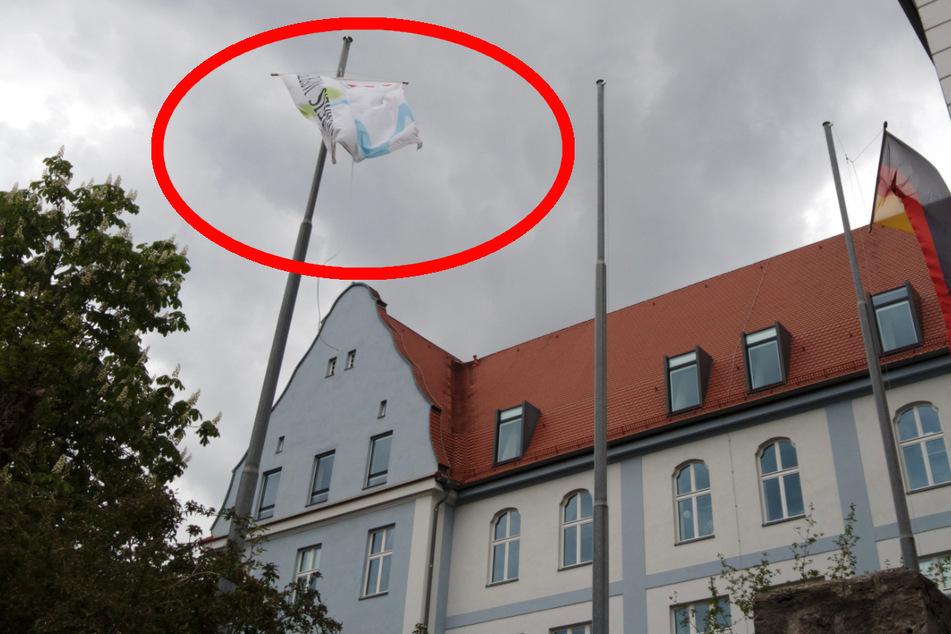 Unbekannte rissen in der Nacht auf Donnerstag die vor dem Landratsamt in Würzburg gehisste israelische Flagge ab.