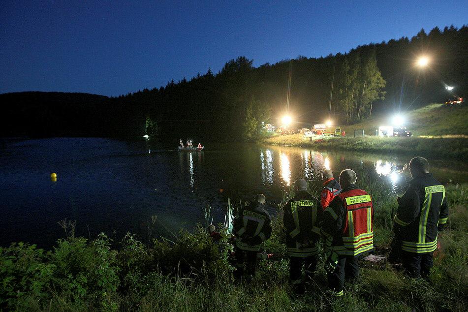 Bis in die Nacht suchten am Freitag die Rettungstaucher den See ab.