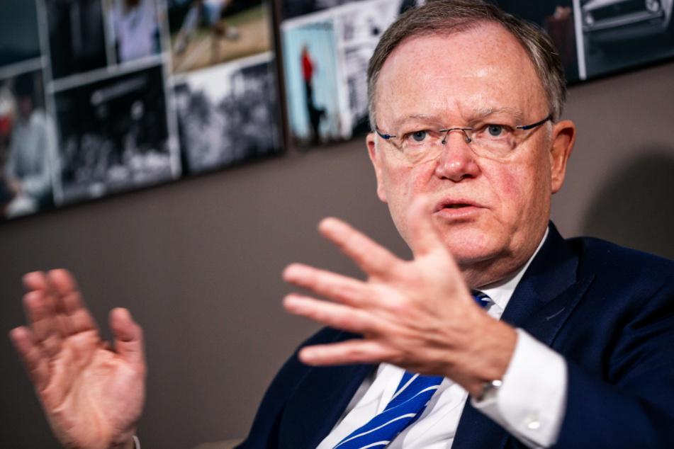 Niedersachsens Ministerpräsident Stephan Weil (SPD) rechnet bis mindestens Ende März mit einer schwierigen Corona-Situation.