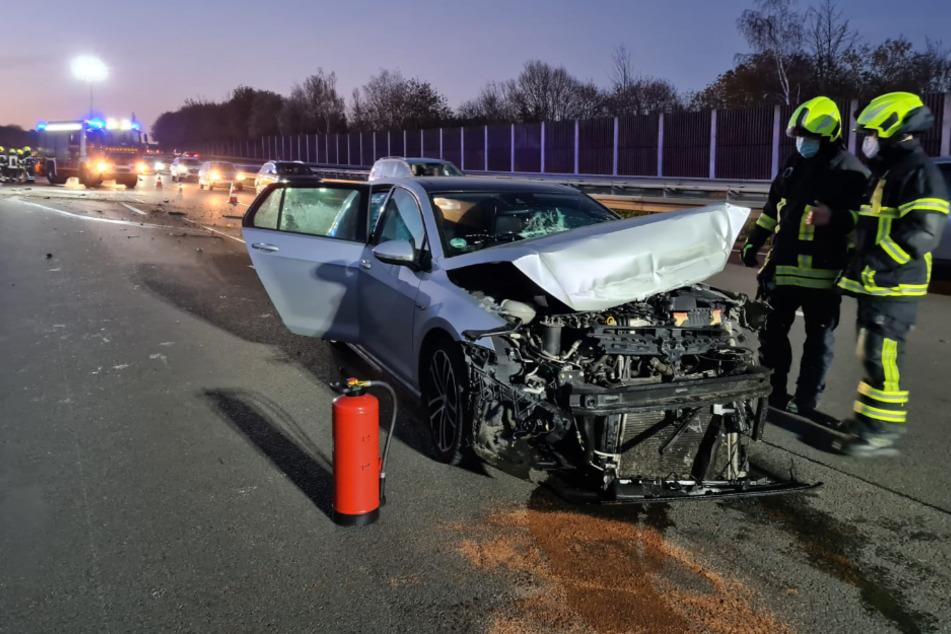 Das silberne Auto wurde bei dem Zusammenstoß mit der Leitplanke stark zerstört. Die Feuerwehr sperrte den Bereich auf der A3 zur Unfallaufnahme ab.