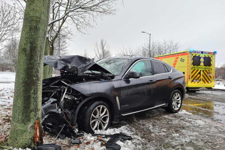 In Leipzig-Lausen kollidierte ein Auto mit einem Baum.