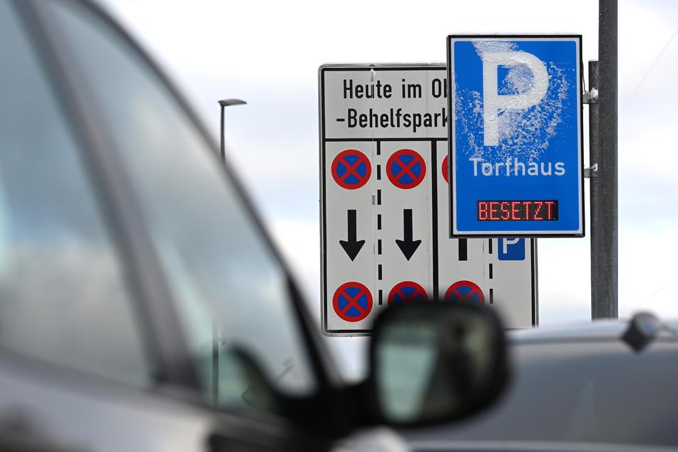 """Der Hinweis """"Besetzt"""" ist an einem Großraumparkplatz im Harz zu sehen."""