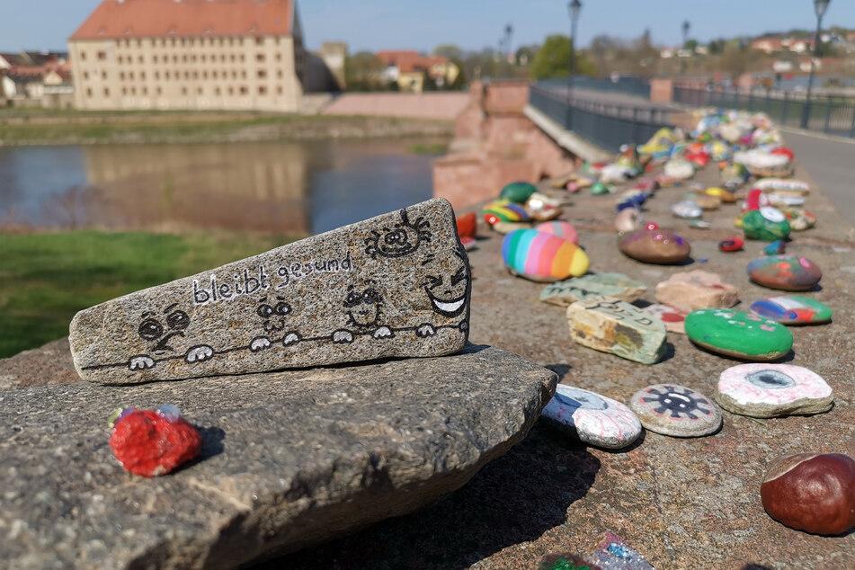 """""""Bleibt gesund"""" steht auf diesem Exemplar, andere Steine künden vom Lächeln und der Hoffnung."""