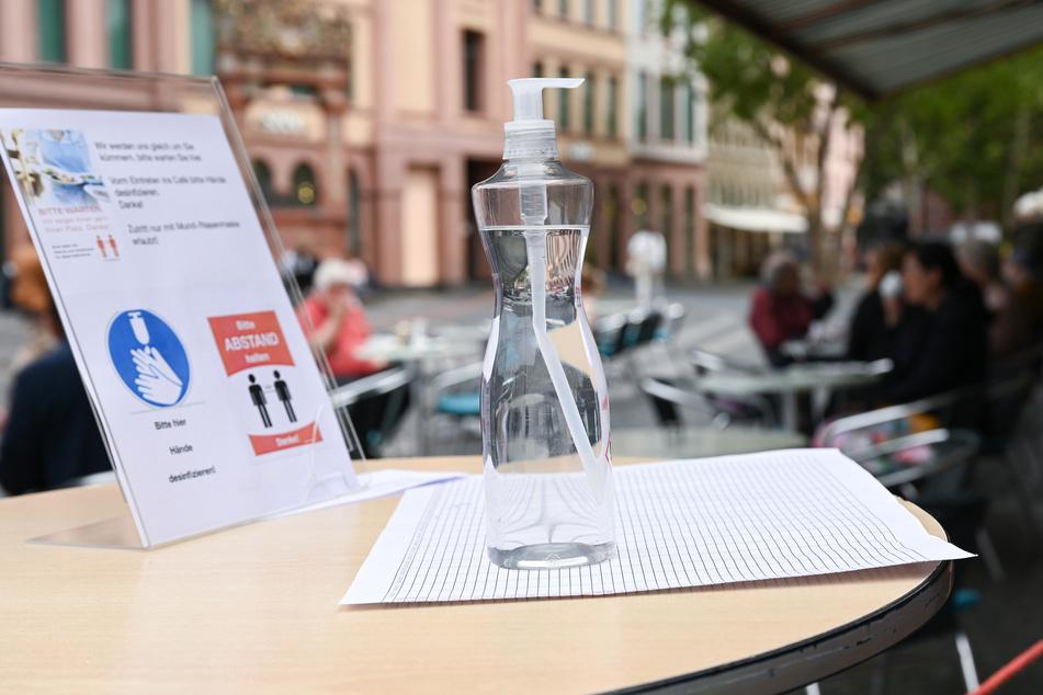 Über diese Idee lacht das Netz: Café führt kreative Abstand-Halter ein