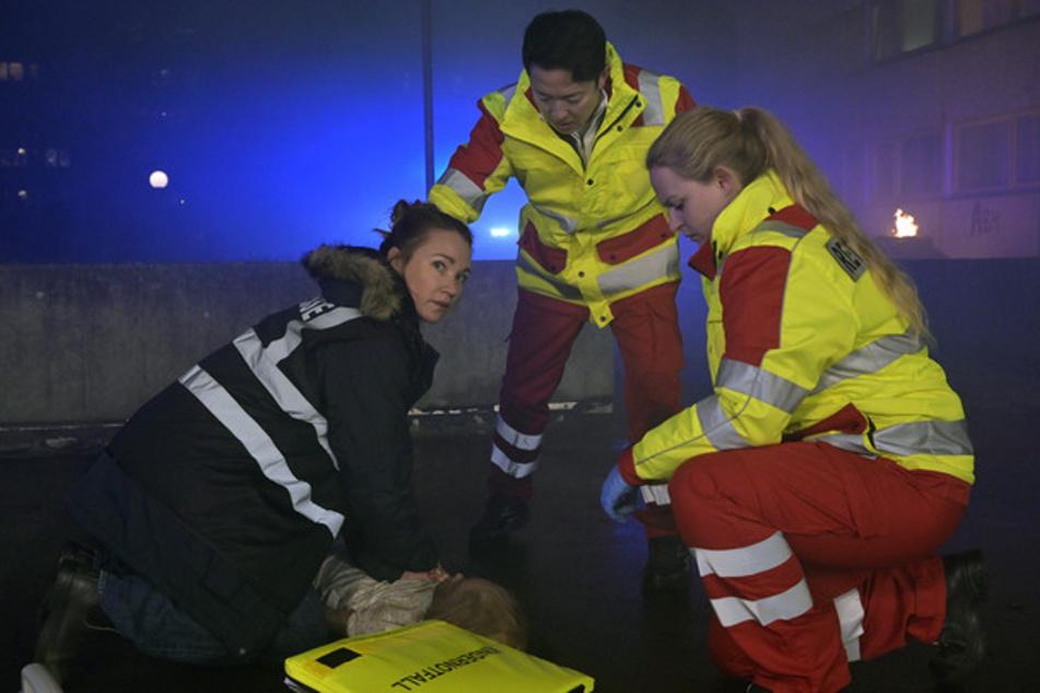 Reporterin Maren (Lisa Maria Potthoff, 42, l.) versucht, nach dem Brand ein kleines Mädchen wiederzubeleben.