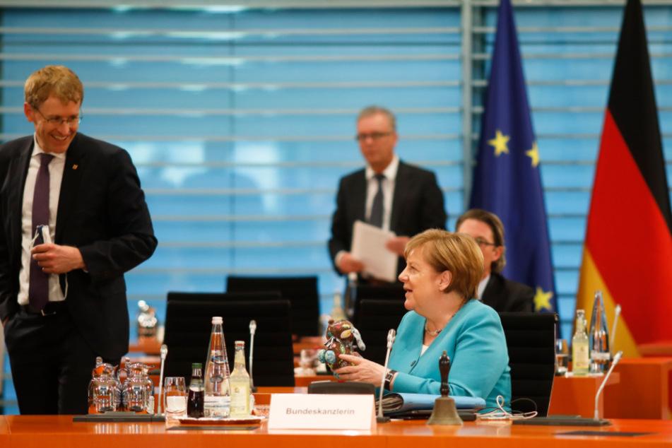 Bundeskanzlerin Angela Merkel erhält ein Plüschtier von Daniel Günther, Ministerpräsident von Schleswig-Holstein.