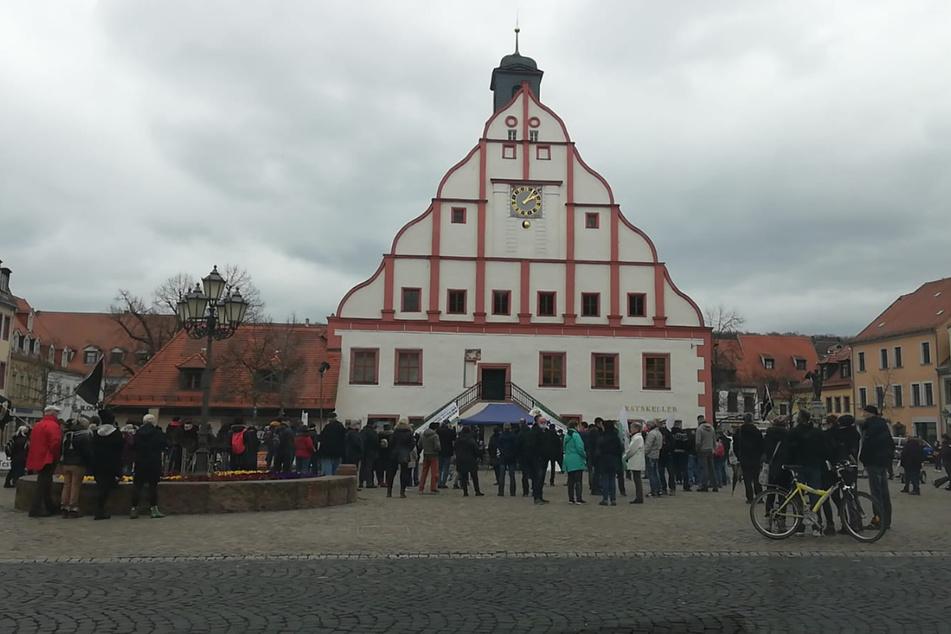 Auf dem Marktplatz in Grimma demonstrieren Menschen gegen die Corona-Maßnahmen.