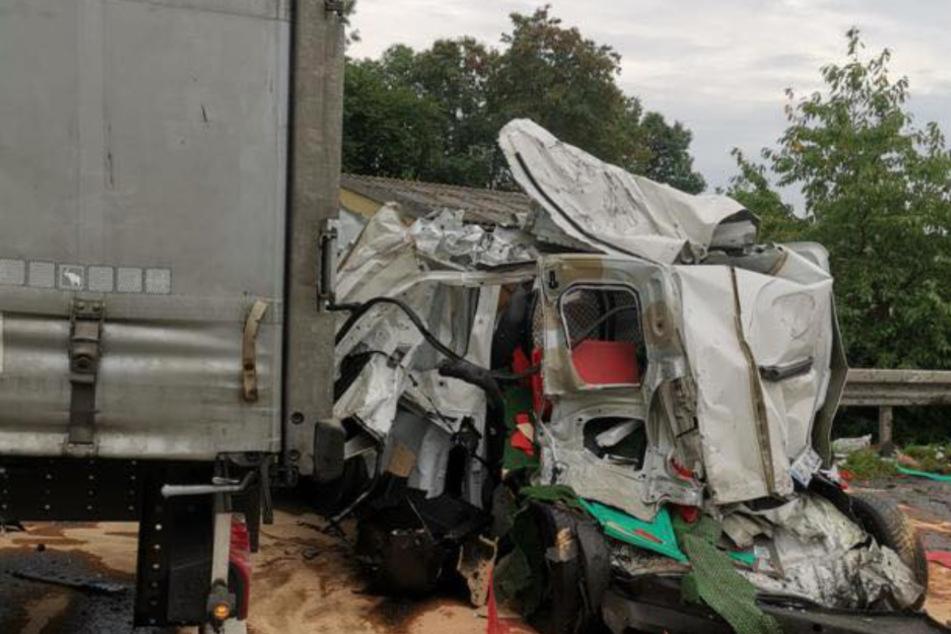 Kurierfahrerin kollidiert mit Lkw und wird schwer verletzt: Ihr Auto ist komplett hinüber