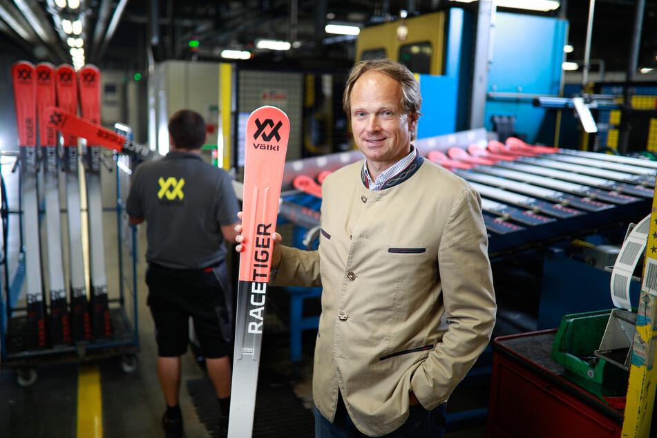 Der Geschäftsführer der Firma Ski Völkl, Christoph Bronder, steht in der Produktionshalle des Unternehmens.