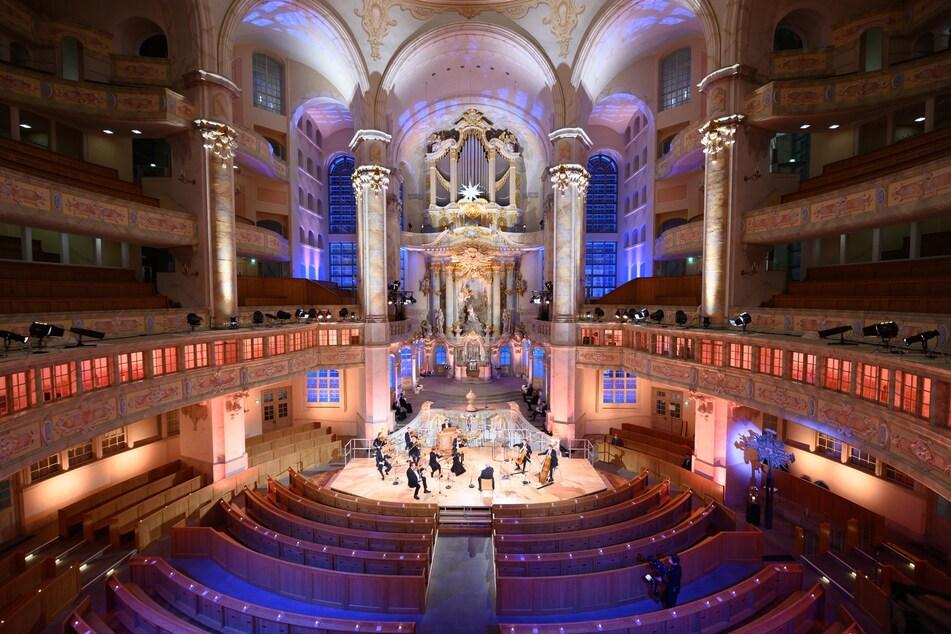 Die Musiker des Blechbläserensembles Ludwig Güttler sitzen während der Live-Übertragung der Weihnachtlichen Vesper in der Frauenkirche auf ihren Plätzen.