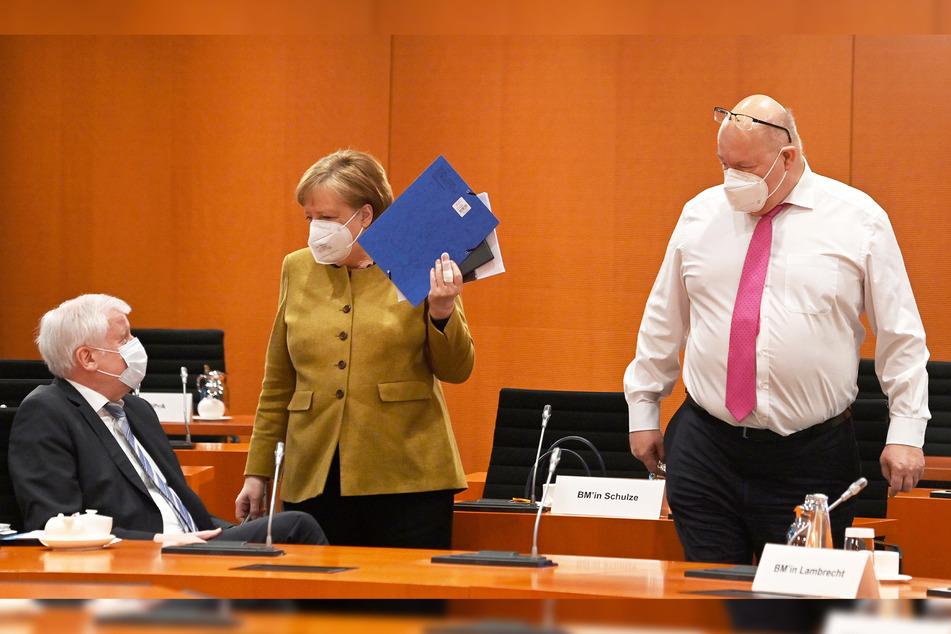 Bundeskanzlerin Angela Merkel (66, CDU) spricht mit Innenminister Horst Seehofer (71, CSU, l.) und Wirtschaftsminister Peter Altmaier (62, CDU) vor der Sitzung des Kabinetts im Bundeskanzleramt.