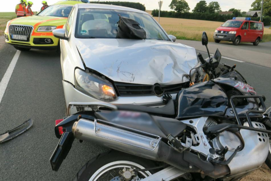 Motorrad knallt frontal in Auto: Zwei Verletzte im Erzgebirge