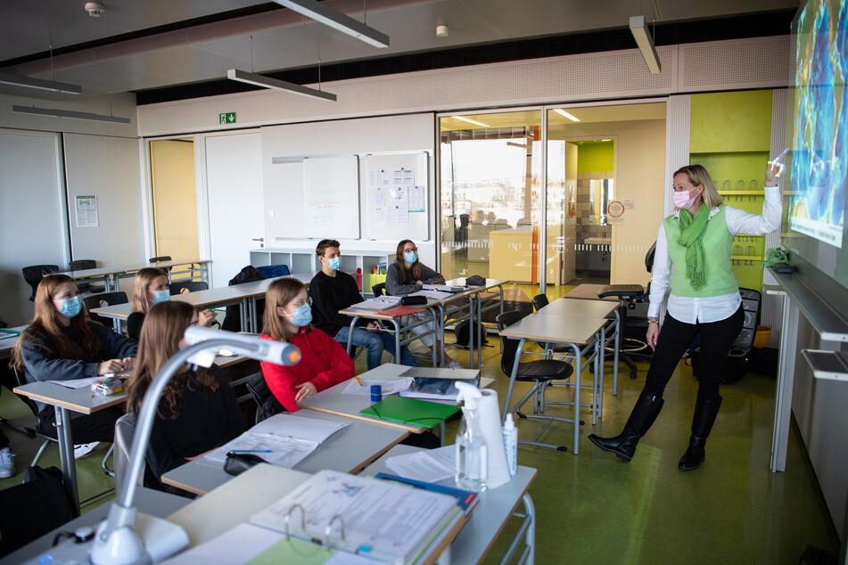 Müssen auch Lehrerinnen und Lehrer bald im Schichtdienst arbeiten?