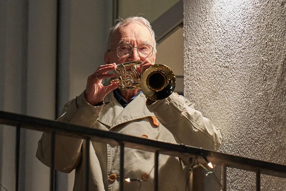 Klaus Dannert, 90-jähriger Hobby-Trompeter in Koblenz, gibt fast jeden Abend ein kleines Balkonkonzert gegen den Corona-Blues.