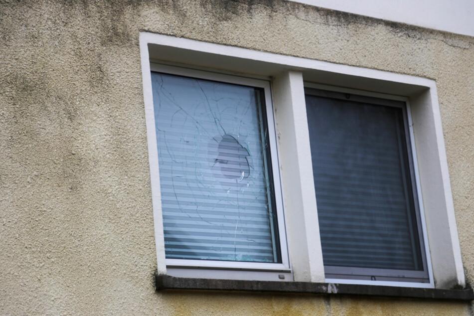 Die Polizei entdeckten vor Ort, dass eines der Fenster in der Wohnung des Verdächtigen beschädigt war.