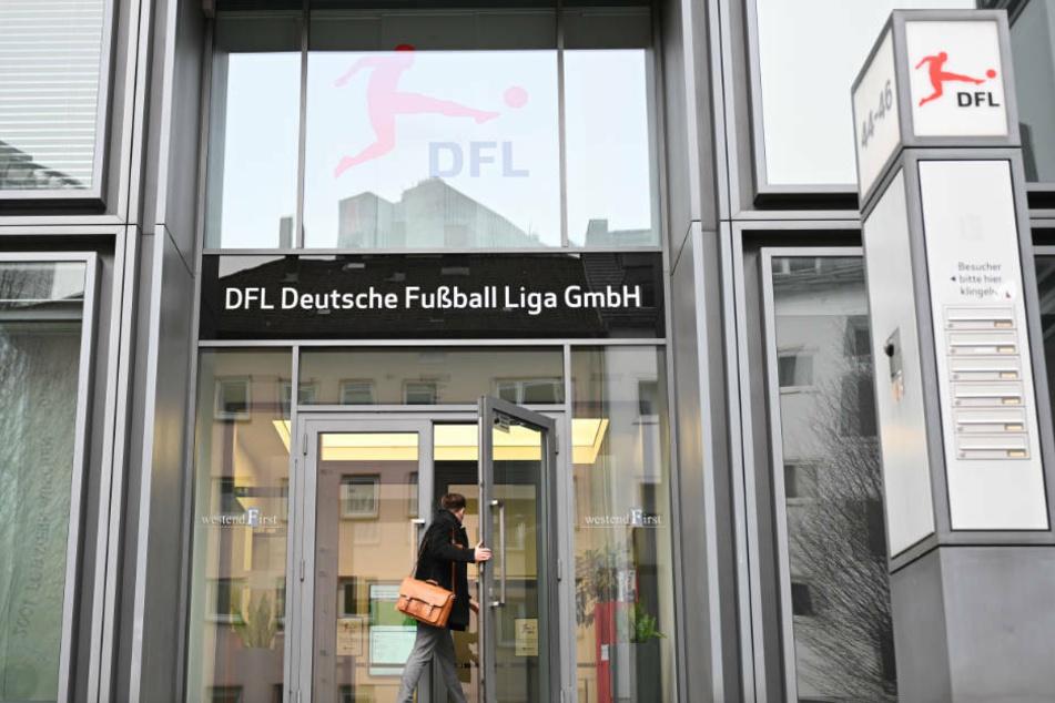 """Gegen das """"kaputte System"""": Fan-Initiative übergibt Erklärung an DFB und DFL"""