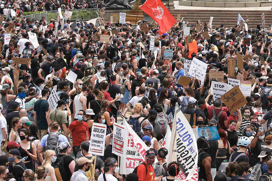 Demonstranten nehmen an einem Protestmarsch in Philadelphia teil.
