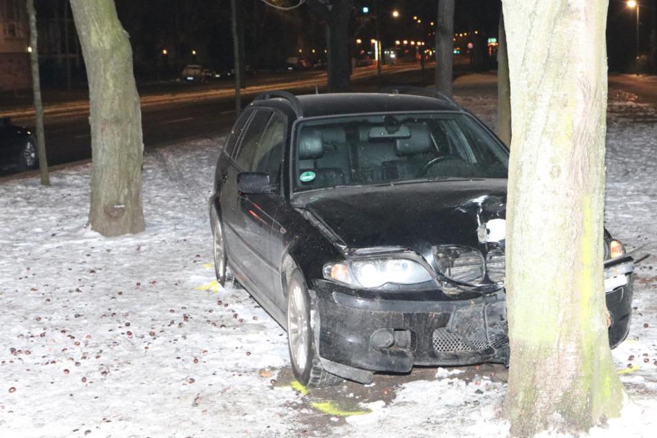 Auto kracht gegen Baum: Fahrer lebensgefährlich verletzt