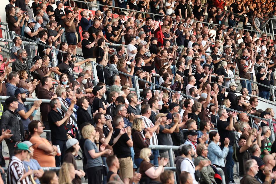 St. Pauli-Fans beklatschen die Leistung ihrer Mannschaft im Millerntor-Stadion.