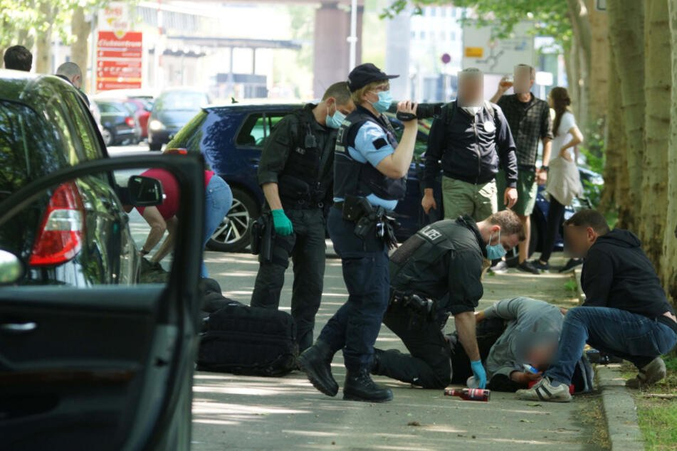 Stuttgart, 16. Mai: Nach der Attacke durch dutzende mutmaßlich Linksradikale liegt ein Mensch am Boden.