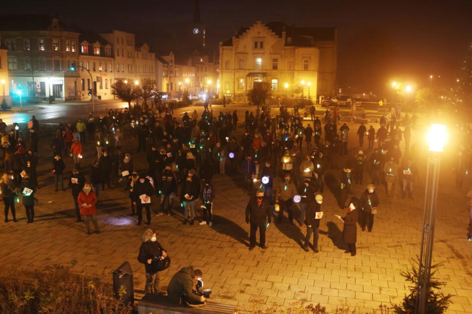 Wilkau-Haßlau: Menschen protestieren auf dem Marktplatz gegen das Aus für den Haribo-Standort.