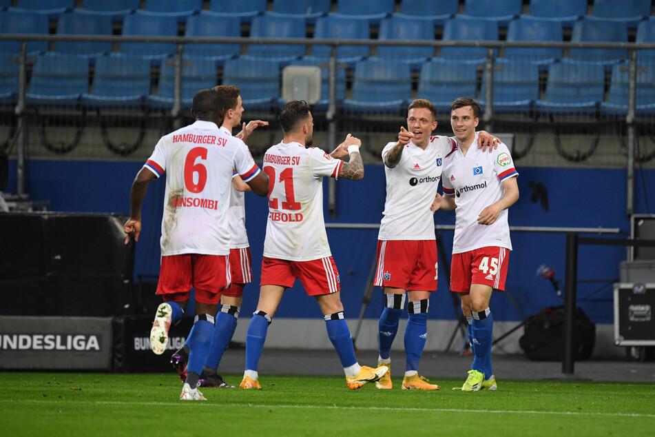 Jubel beim Hamburger SV: Youngster Robin Meißner (r.) erzwang durch seinen Abschluss das Eigentor von Asger Sörensen, das den Torreigen im Volksparkstadion eröffnete.