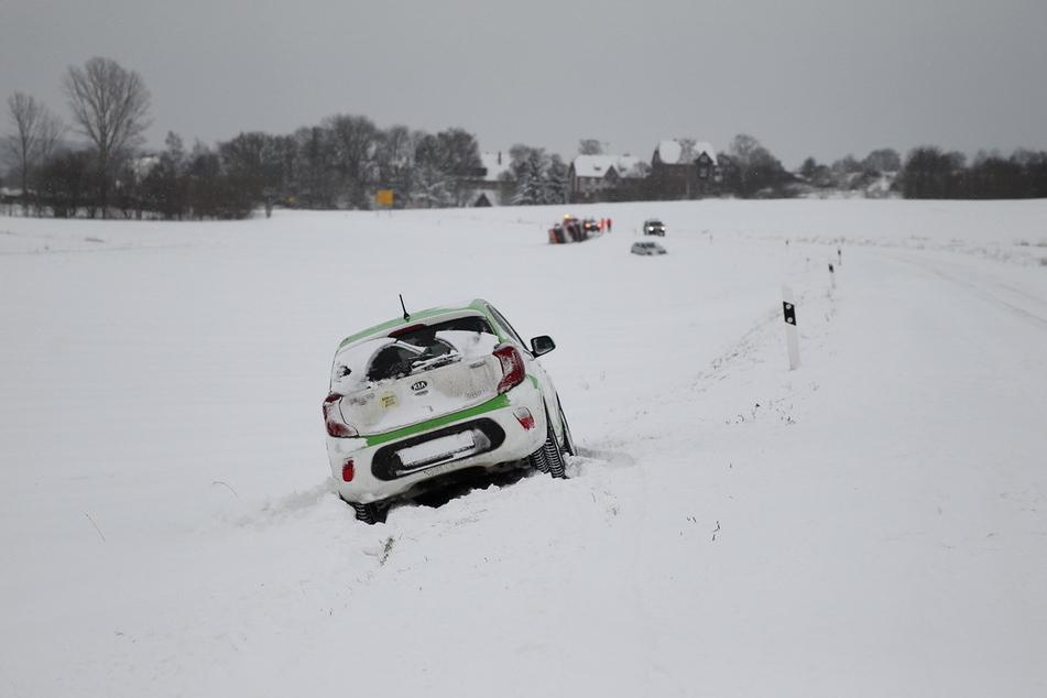 Der Kia war nicht das einzige Auto, das von der Straße abkam. Wenige hundert Meter weiter rutschten auch ein Dacia auf den Acker und ein Winterdienstfahrzeug kippte um.